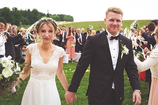 Frisch verheiratetes Paar nach der freien Trauung auf dem Gut Thurnsberg bei Freising