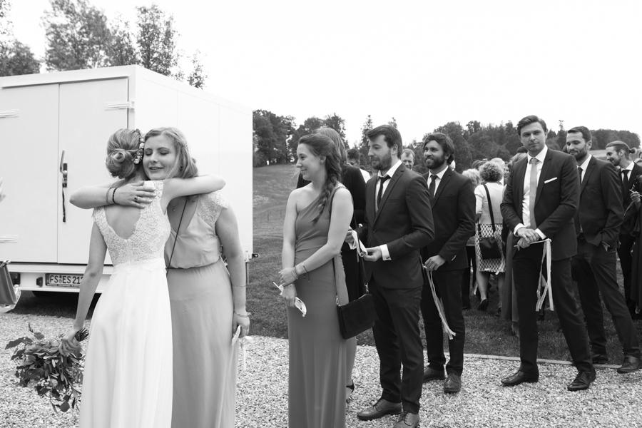 Hochzeitsgäste gratulieren