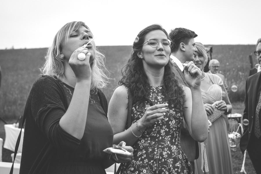 Seifenblasen für das Hochzeitspaar