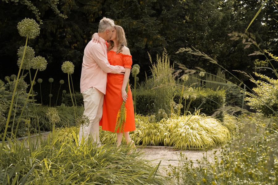 Romantischer Kuss im Blumengarten