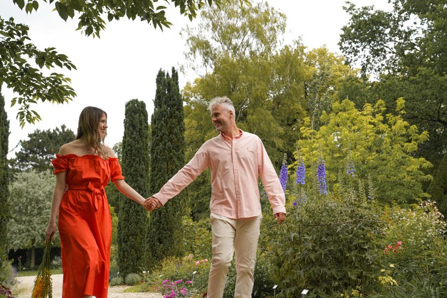 Romantisches Paar bei Spaziergang im Blumengarten