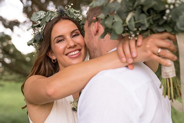 Glückliches Hochzeitspaar im Wald