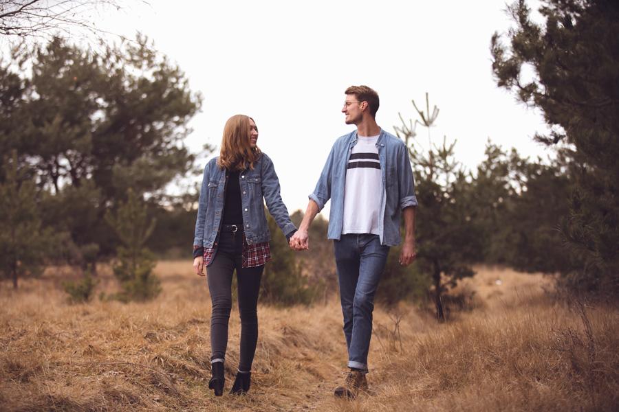 Junges Ehepaar beim Spaziergang in München mit Fotoshooting