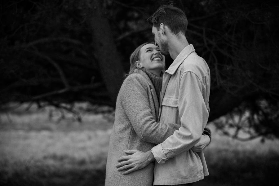 Verliebtes Paar lacht beim Fotoshooting in München