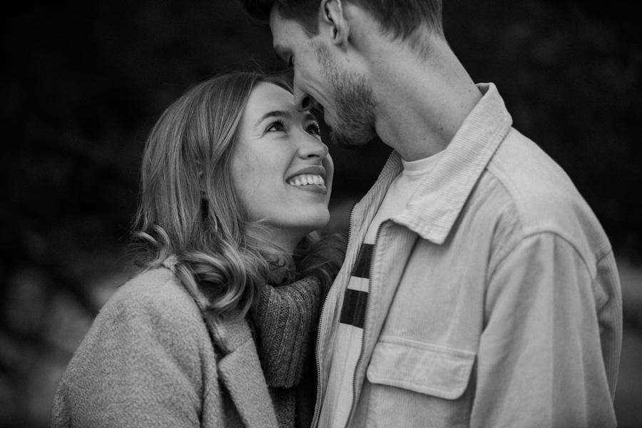 Junges Ehepaar küsst sich in München