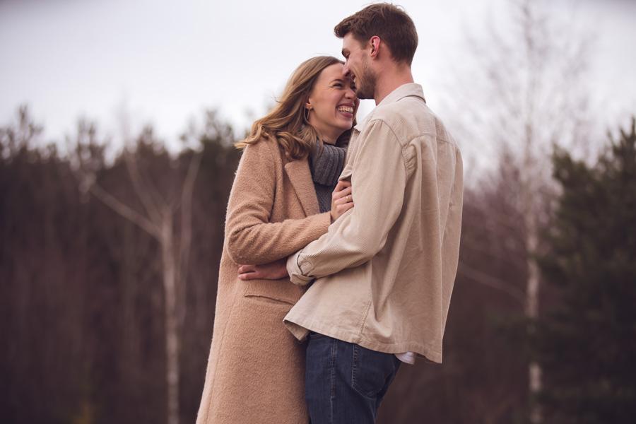 Verliebtes Paar lacht beim Fotoshooting