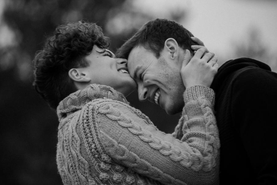 Glückliches Paar beim Fotoshooting in München